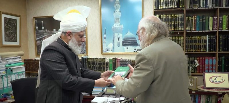 Ron Geaves presents his book to Hazrat Mirza Masroor Ahmadaa Khalifatul Masih V