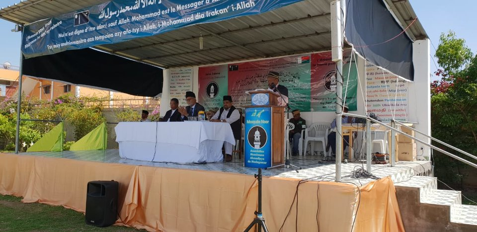 rsz_maulana_mujeeb_missionary_in_chargepct2c_moussa_taujoo_amir_jamaat_and_former_minister_of_interior_of_madagascar_brother_abdool_rahman_addressing_the_gathering.jpg