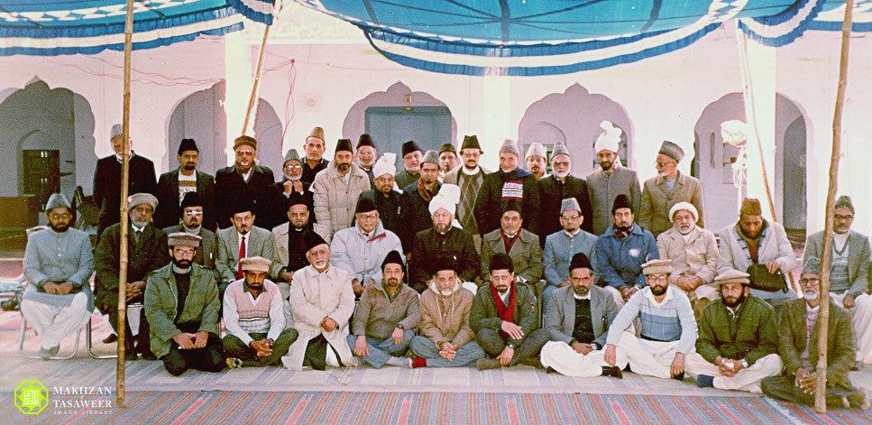 rsz_hazoor_4th_with_rufqa_sahibzada_mirza_masroor_ahmad_sahib.jpg